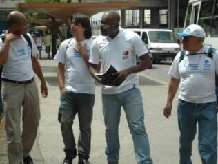 De branco, mas sem jaleco: agentes de rua conversam a caminho do trabalho
