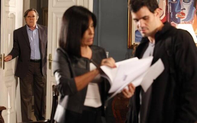 Norma conversa com Ismael enquanto Milton os observa: passo inicial da chantagem