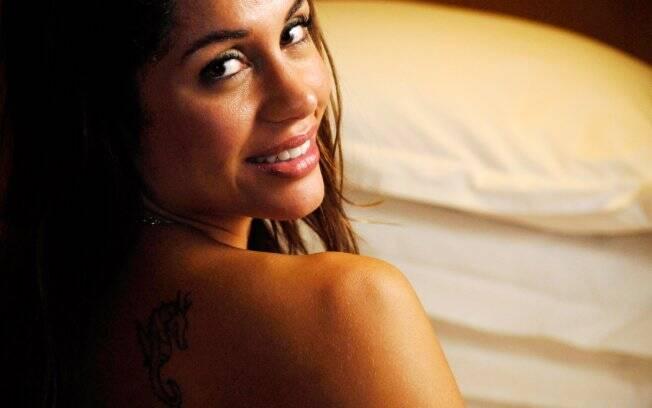 Maria tem três tatuagens: no ombro e duas no pé