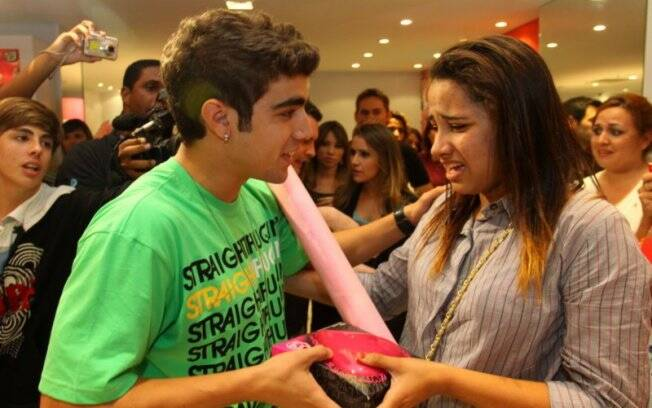 Caio Castro acalma uma fã durante o evento