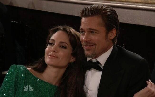 O carinho de Angelina Jolie e Brad Pitt durante o Globo de Ouro