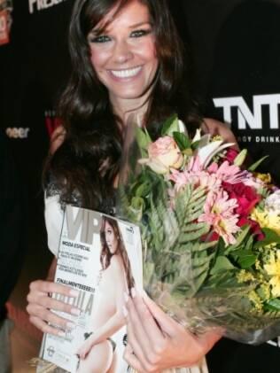 Talula exibe revista Vip, na qual é a capa do mês de maio, e bouquetes de flores, que ganhou da casa