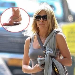 Jennifer Aniston exibe sua primeira tatuagem