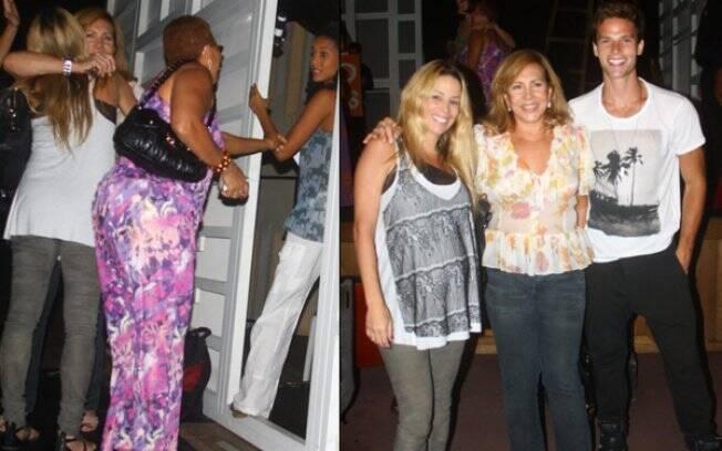 Danielle Winits e Jonatas Faro vão até o camarim para cumprimetar Taís Araújo e tiram foto com Arlette Salles