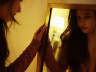 Dificuldade para encarar o espelho: mulheres de dependentes químicos também podem apresentar sintomas de transtorno de comportamento