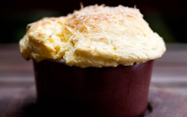Suflê de queijo, do chef Raphael Despirite: crosta crocante, interior aerado e fofo