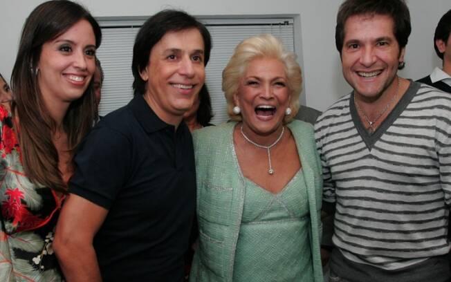 Hebe Camargo entre Tom Cavalcante e a mulher, Patrícia, e o novo papai, Daniel.
