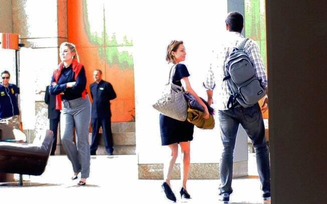 Mariana Ximenes e o suposto novo namorado trocaram olhares e beijos apaixonados no lobby do hotel, e não pareciam preocupados em esconder o romance