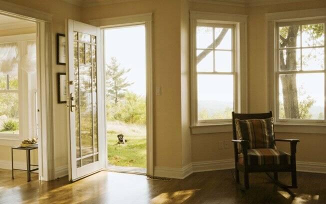 Uma vez por dia, por pelo menos uma hora, abra as janelas para permitir a entrada de correntes de ar, mas cuidado com a chuva