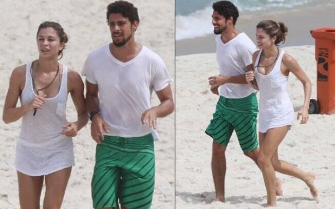 Grazi Massafera e Cauã Reymond correm na praia pela manhã