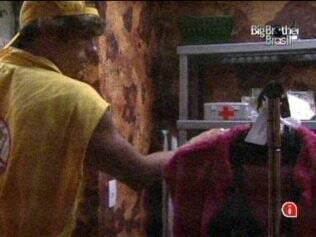 Maurício encontra roupas na despensa