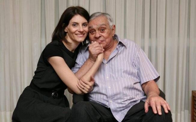 O carinho de Malga Di Paula com o marido, Chico Anysio, no apartamento dos dois, no Rio