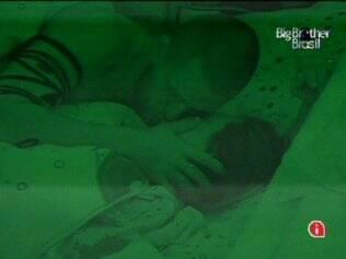 Diogo dá beijinhos em Michelly antes de dormir
