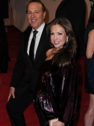 Grávida, Thalia desfila no tapete vermelho do baile do MET junto com o marido, Tommy Mottola
