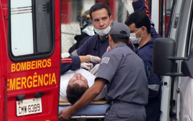 Na imagem, Marrone era levado por ambulância do resgate ao hospital