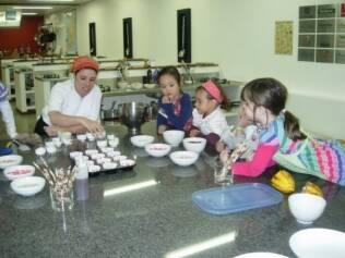 """A chef Ana Carolina em curso para crianças: """"Fiz meu primeiro arroz quando tinha quatro anos"""