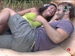 Wesley provoca Maria para poder abraçá-la depois