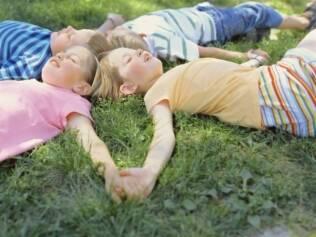 Atividades pouco presentes na vida diária das crianças estimulam a criatividade e a independência