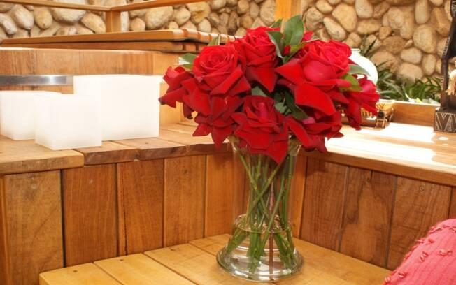 A Lovely Red é uma rosa sem espinhos, que tem textura aveludada e haste que pode chegar a 90 cm