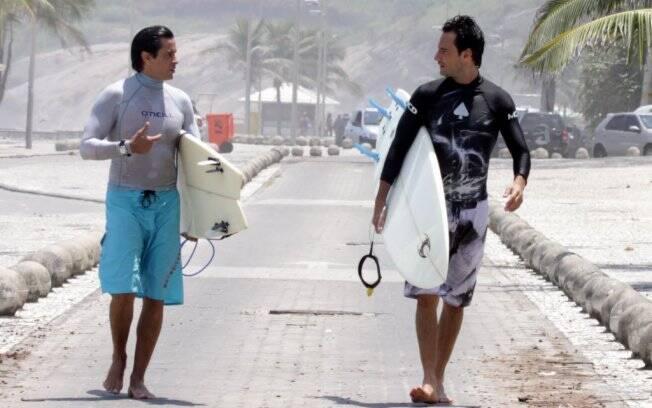 Rodrigo Santoro com um amigo após uma queda no mar