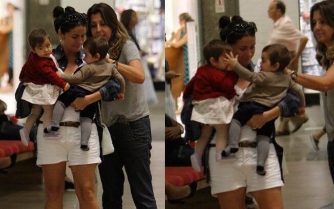 Giovanna Antonelli passeia com as filhas Sofia e Antonia, de sete meses