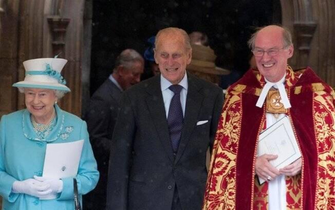 O aniversariante, príncipe Philip, e a rainha Elizabeth com o reverendo David Conner