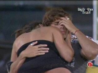 Maria seduz Maurício e o brother tenta resistir