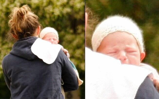 Flynn Bloom passeando no colo da babá