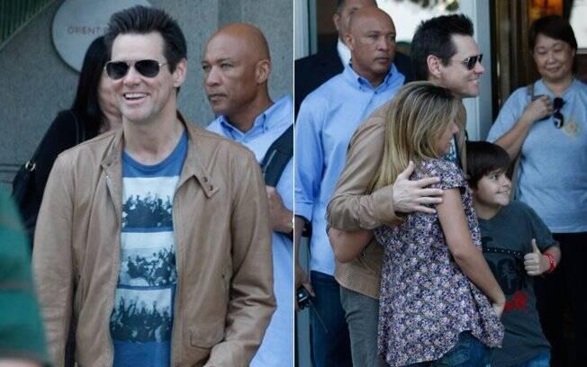 Jim Carrey é recebido por fãs no hotel