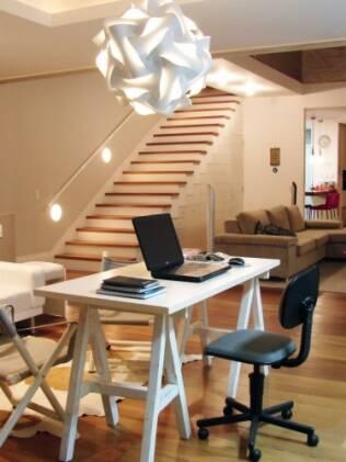 Luz indireta e luminária são alguns dos detalhes delicados do escritório de Renata Bordin