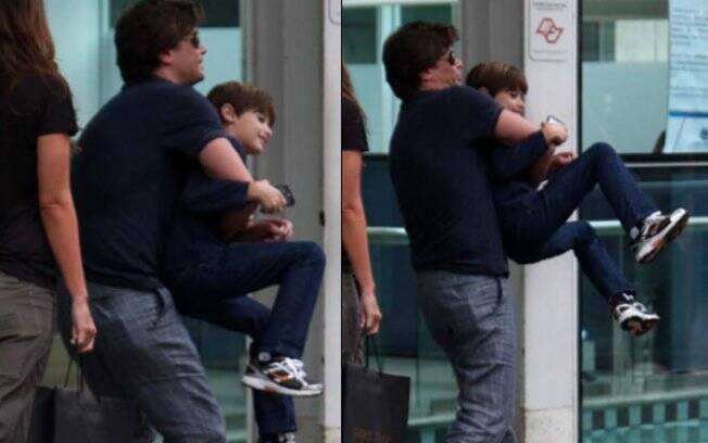 Fábio Assunção brinca com o filho, João
