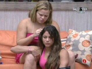 Paula tira os apliques de Maria com acetona