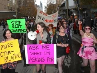 Manifestantes na versão australiana da marcha pedem fim da culpa da vítima e dizem: