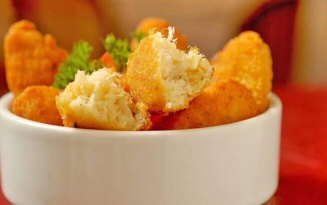 A receita portuguesa de batata amassada e peixe desfiado é sucesso em bares e restaurantes