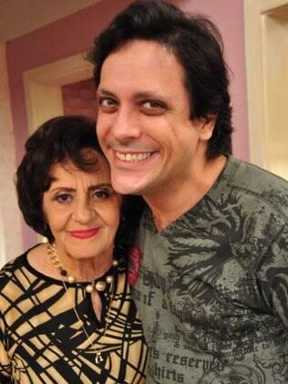 A veterana atriz posa com Lúcio Mauro Filho nos bastidores