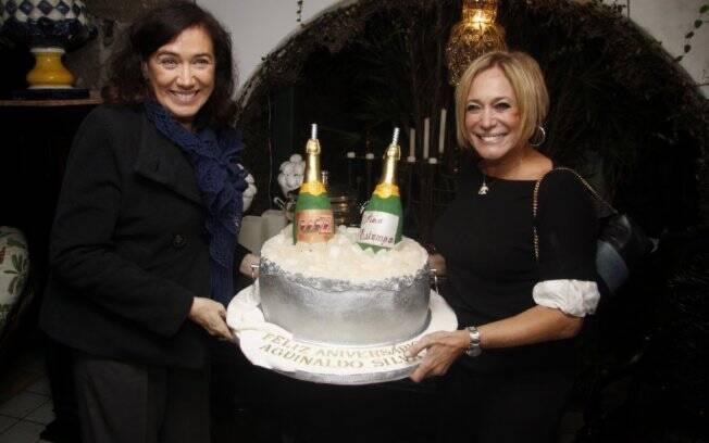 b96624602fed3 Lília Cabral e Susana Vieira preparam o bolo de Aguinaldo Silva. Foto   Felipe Assumpção Aguinaldo Silva também ganhou ...