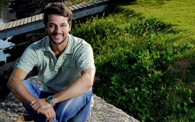 Marcelo Serrado posa com a Lagoa Rodrigo de Freitas ao fundo
