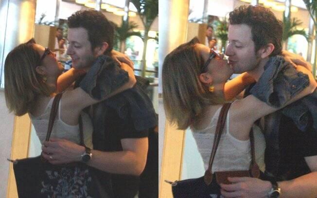 Cena rara: Sandy beija o marido Lucas Lima em um shopping carioca