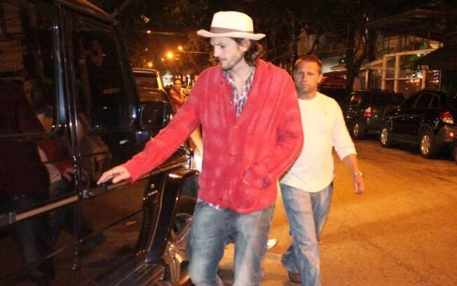 Ashon Kutcher é flagrado nas ruas do Rio de Janeiro