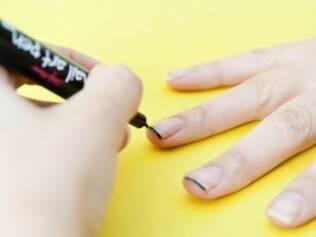 A caneta ajuda a fazer desenhos e acabamentos criativos nas unhas