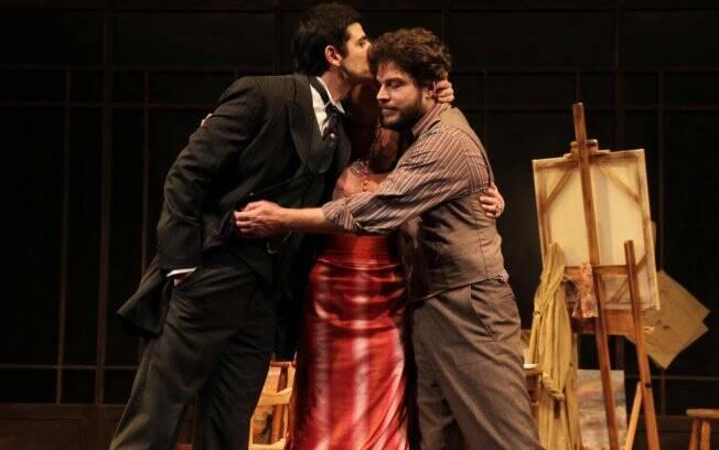 Reynaldo Gianecchini beija os colegas de palco