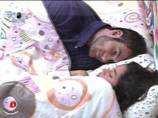 Maria atende ao pedido de Diogo e se deita ao lado de Wesley, antes de mudar de cama