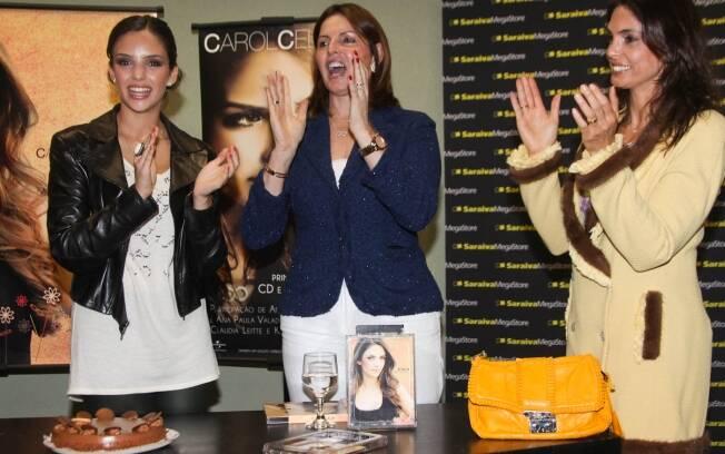 Mulher de Kaká, Carol Celico ganha Parabes pra Você da sogra, Simone Leite, e da mãe, Rosangela Lyra, e em noite de atógrafos