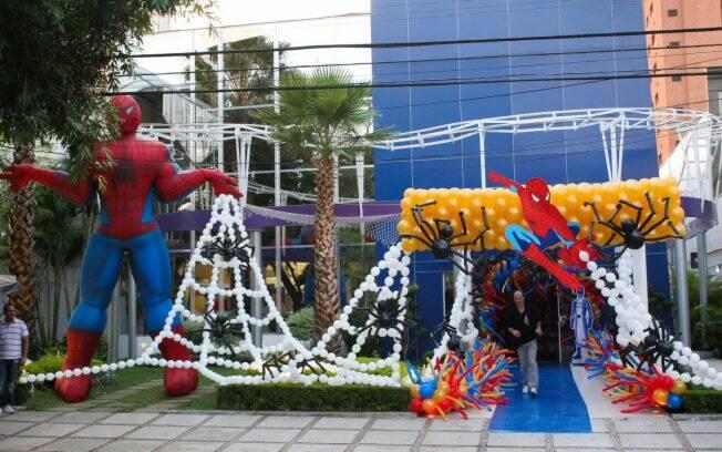 Decoração da festa tem o homem-aranha como tema