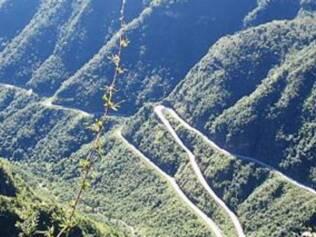 Cheia de curvas sinuosas, a SC-438 desce a Serra do Rio do Rastro