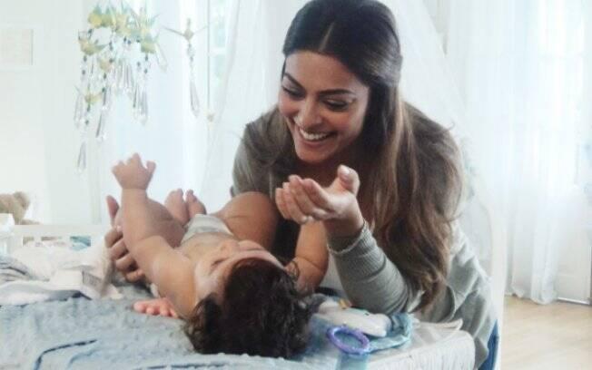 Juliana Paes com o filho Pedro: bebê já é astro de TV