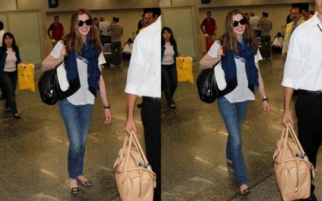 Anne Hathaway chegou ao Rio de Janeiro na noite desse domingo (20)
