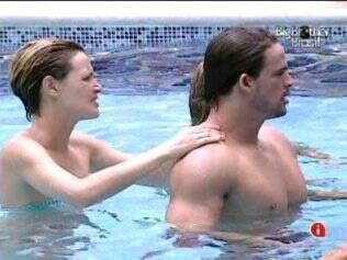 Diana faz massagem em Rodrigo