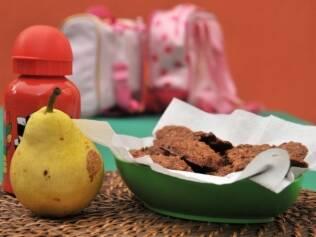 A sugestão da nutricionista Denise Haendchen para um lanche saudável: cookies (veja receita abaixo), pera e uma bebida