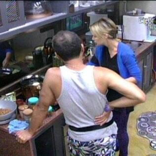 Diana e Daniel reclamam dos colegas de confinamento enquanto preparam o almoço